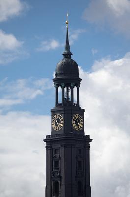 La torre de la iglesia San Michael Hamburgo