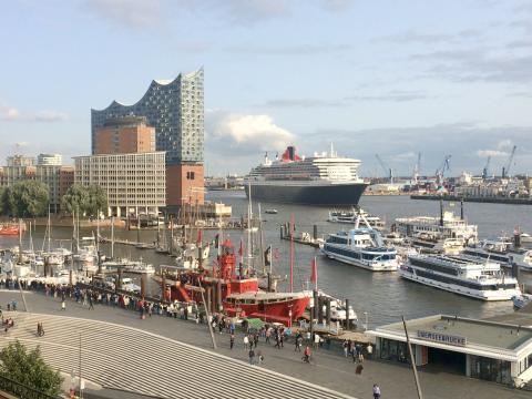 Vista al puerto con Filarmonica y barcos