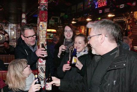 Grupo en un pub del barrio